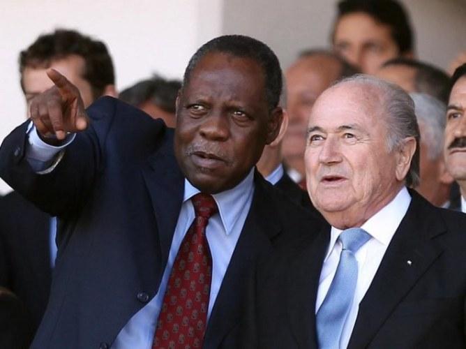 FIFA-Präsident Joseph Blatter (r) im Gespräch mit CAF-Chef Issa Hayatou. Foto: Mohamed Messara